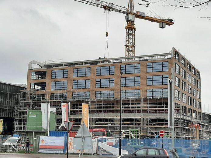 Plan-t in aanbouw. Op de bovenste verdieping (met de bogen) huizen straks Crossyn en groepjes mensen van zes andere bedrijven.