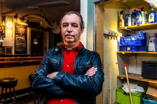 Herjo Scholten bij de opengebroken kast met de kluis in Café Averechts aan de Lijsterstraat.