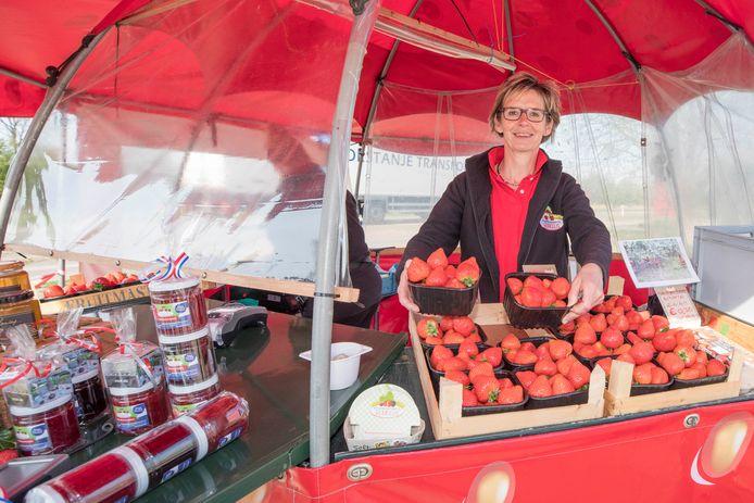 Joleen Remeeus  verkoopt aardbeien in een stalletje aan de Oude Rijksweg in Biezelinge.