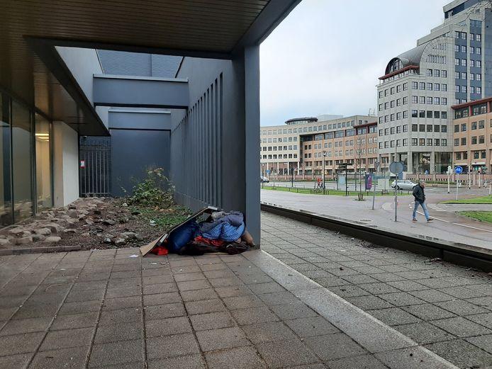 Voor de deur van het ABNAmro-kantoor tegenover het station in Deventer slaapt al enige tijd een dakloze. Overdag moet hij weg, maar zijn spullen blijven achter.