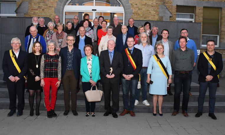 Laureaat Georges Vandromme ontving de eerste Cultuurprijs van Langemark-Poelkapelle uit handen van cultuurraadvoorzitter Peter Peene.