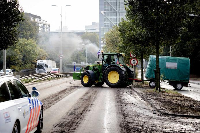 Boeren vertrekken naar huis vanaf het Malieveld waar zij de nacht hebben doorgebracht na de tweede landelijke protestdag tegen de stikstofaanpak van de overheid.
