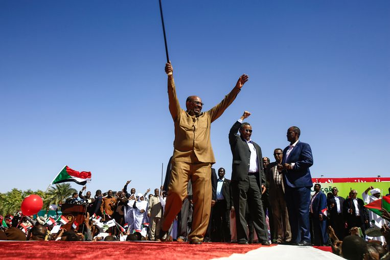 President Omar al-Bashir en zijn aanhangers op 9 januari.  Beeld AFP