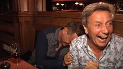 """""""Is dat echt?!"""" Willy Sommers en Wim Soutaer getrakteerd op blote borsten tijdens etentje"""