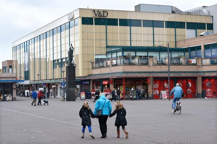 Het voormalige V&D-pand aan het Roselaarplein moet plaats maken voor nieuwbouw met wonen en winkelen.