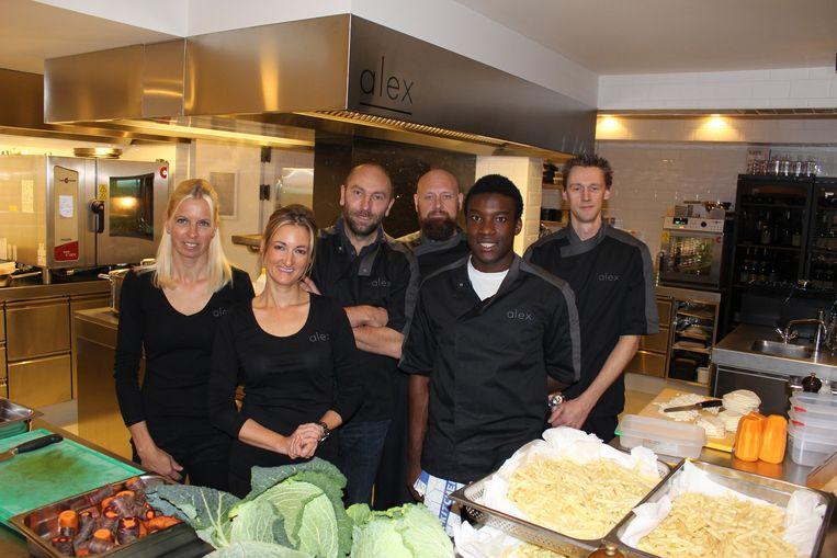 Alex De Witte (centraal) met zijn voltallige ploeg in de open keuken van restaurant Alex.