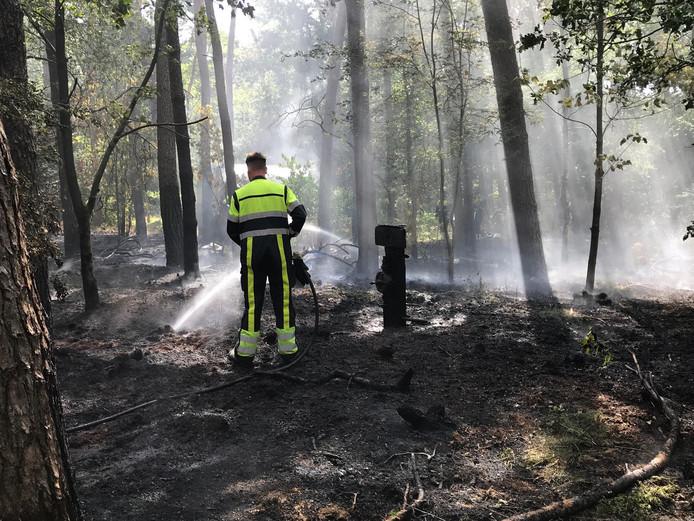 De brandweer had moeite het vuur onder controle te krijgen.