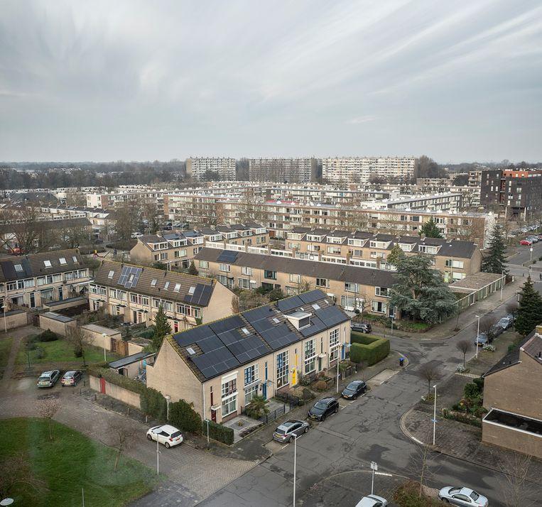 Zonnepanelen op het dak in Overvecht-Noord.  Beeld Harry Cock / de Volkskrant