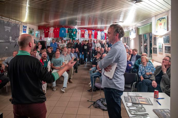 Martijn Schwillens (links) vertelt over het boek Verdwenen Profclubs dat hij heeft geschreven.