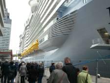 Bomvolle kades en file op de Erasmusbrug voor cruise