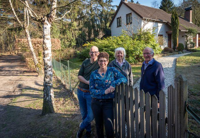 Laurent (l) en Kathleen de Groof met hun ouders bij het huis aan de Lieshoutseweg in Gerwen