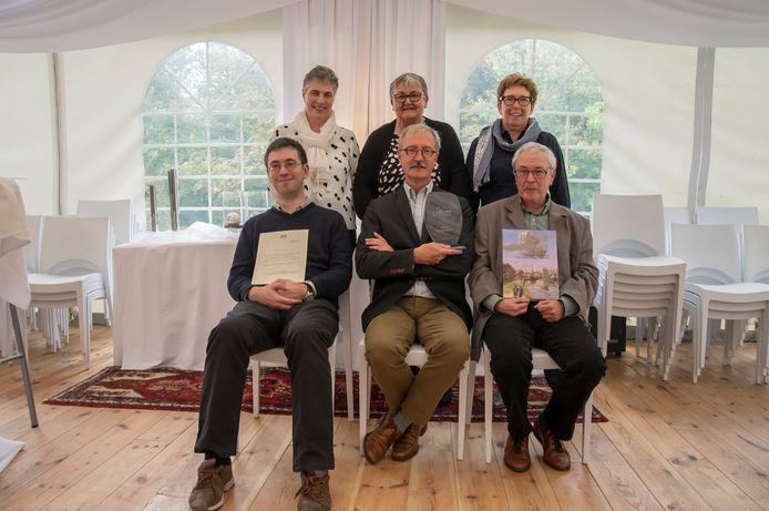 De bestuursleden van De Souvereinen stelden op de viering voor het 50-jarig bestaan het boek 'Kijk op een rijk verleden' voor.