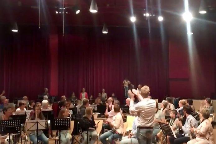 Applaus voor het afsluitende optreden bij kennismaken met instrumenten bij muziekvereniging Roosendaal