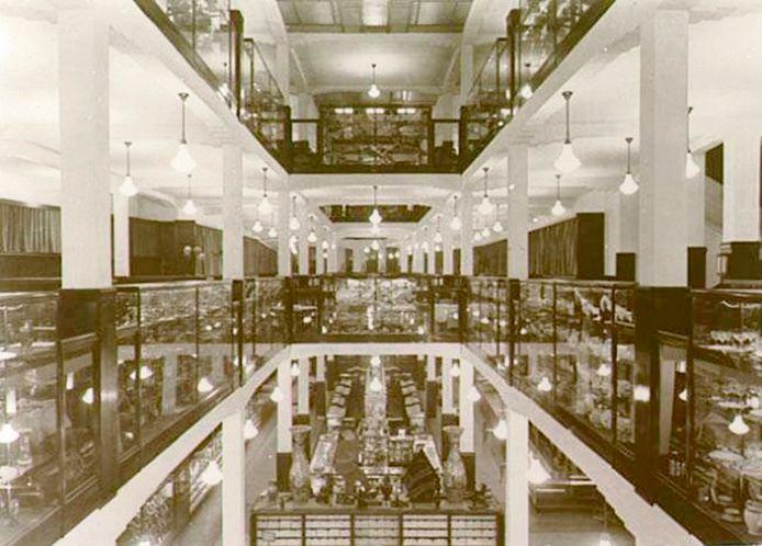 Het interieur van V & D in vroeger dagen, nog voordat er roltrappen waren.