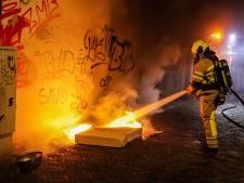 Jongens steken matras in brand in smal straatje, brandweer voorkomt erger