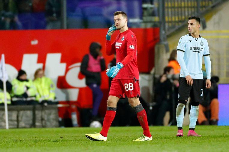 Toen Mignolet een doeltrap wou nemen, belandde een klein bommetje vanuit het Anderlechtvak naast de bal...