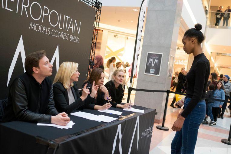 Een kandidaat-model krijgt uitleg van de jury in het Shopping Center.