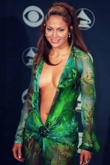 La robe au décolleté vertigineux de Jennifer Lopez devient une basket