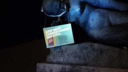 11.11.11 voert actie: standbeeld krijgt knevel voor de mond en boodschap rond de nek