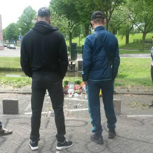 Anita's zonen Lofti (l) en Yassine bezoeken de gedenkplek van hun moeder.