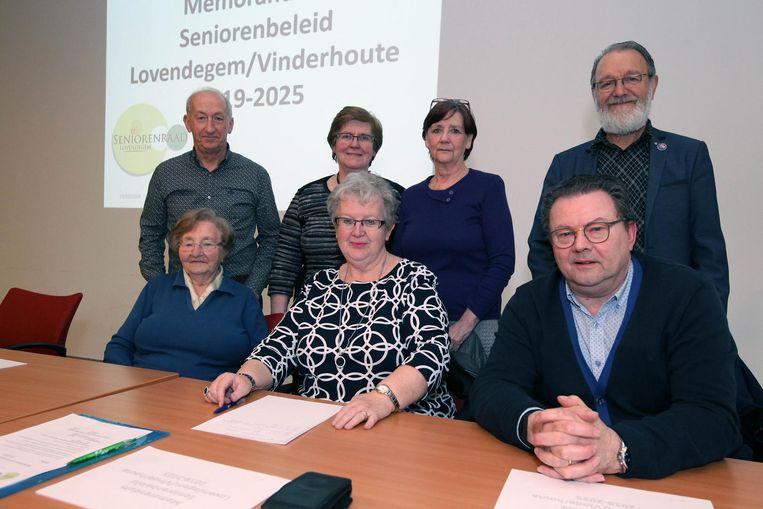 De Seniorenadviesraad stelt het lijvig document voor.