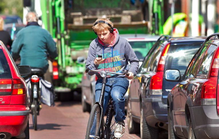 De invoering van het appverbod op de fiets is voornamelijk gericht op de jeugd. Beeld ANP XTRA