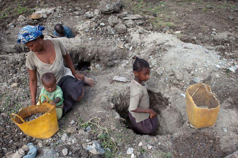 Een tienjarig meisje werkzaam in een mijn in de regio Anosy in Madagaskar. Beeld Jan-Joseph Stok / Terre des Hommes