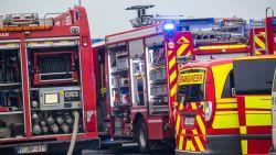 Brandweer spoelt riolering na indringende geur