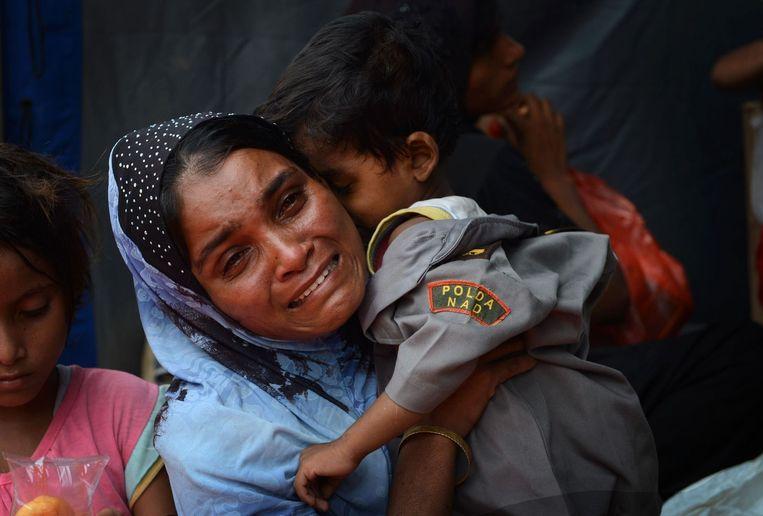 Een Rohingya moeder en haar zoontje, niet lang nadat ze door Indonesische vissers werden gered op zee. (Archiefbeeld mei 2015)