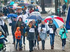 Udense leraren staken buiten, ze trotseren de regen