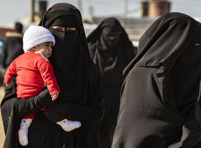 Buitenlandse IS-vrouwen in het Koerdische gevangenkamp Al Hol.