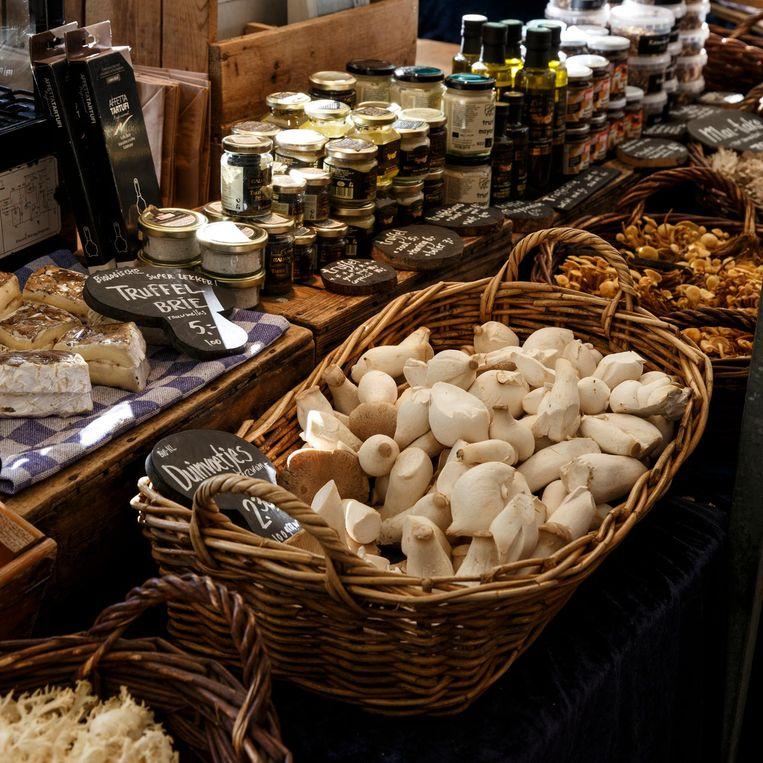 Chronis: 'Op de Noordermarkt eet ik dan ook een broodje ei met champignons bij een kraampje dat heerlijke gemengde paddenstoelen verkoopt.' Beeld Carly Wollaert