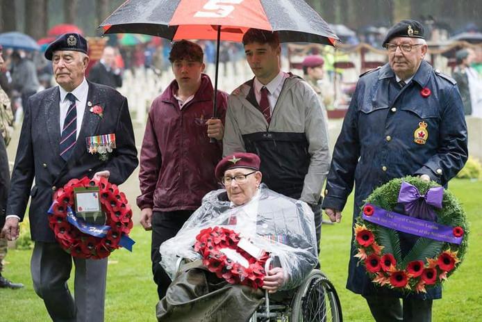 Dennis Collier (in rolstoel) tijdens de herdenking van zijn gevallen kameraden op de Airborne Begraafplaats in Oosterbeek