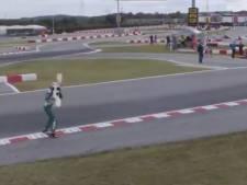Woedende coureur gooit voorvleugel op circuit tijdens WK karten