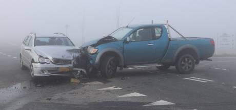 Pick-up ramt Mercedes in dichte ochtendmist bij Emmeloord