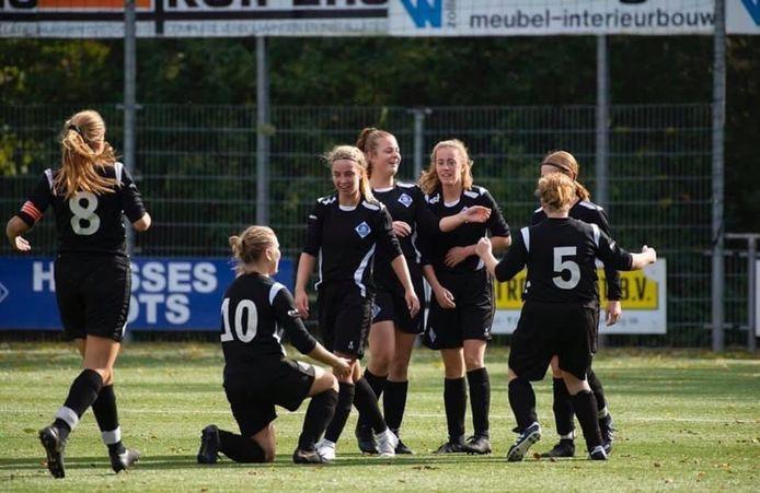 De voetbalsters van RKHVV hadden dit seizoen genoeg te juichen. Twee periodetitels en uiteindelijk toch nog de gehoopte promotie.