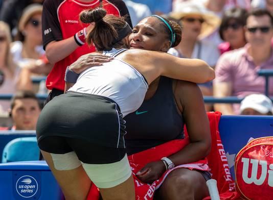 Bianca Andreescu geeft Serena Williams een knuffel.
