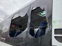 De schade aan de bus bij Vught, na de aanrijding met een Defensie-voertuig.