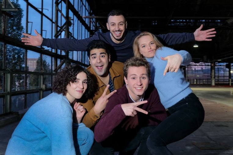 De vijf acteurs - met hoofdrolspeler Maarten Cop vooraan in het midden -  poseren trots voor de camera.