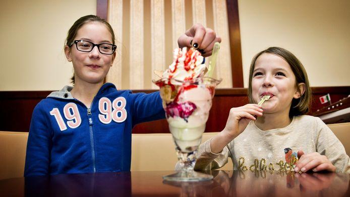 Lianne (11) en Sophie (9) uit Eindhoven zijn met hun ouders op stap in Den Haag en genieten van een coupe bij Gelateria Riva.