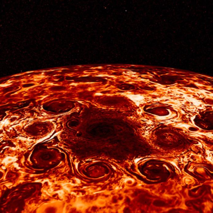 Op deze foto zijn de cyclonen rond de noordpool van Jupiter goed te zien.