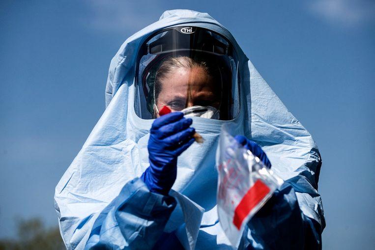 Een zorgmedewerker in Italië test op het coronavirus. Beeld EPA