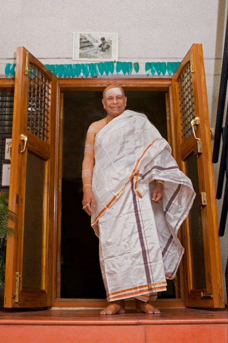 Pattabhi Jois, de bedenker van ashtanga-yoga, raakte leerlingen op ongepaste wijze aan. Beeld Magnolia Zuniga