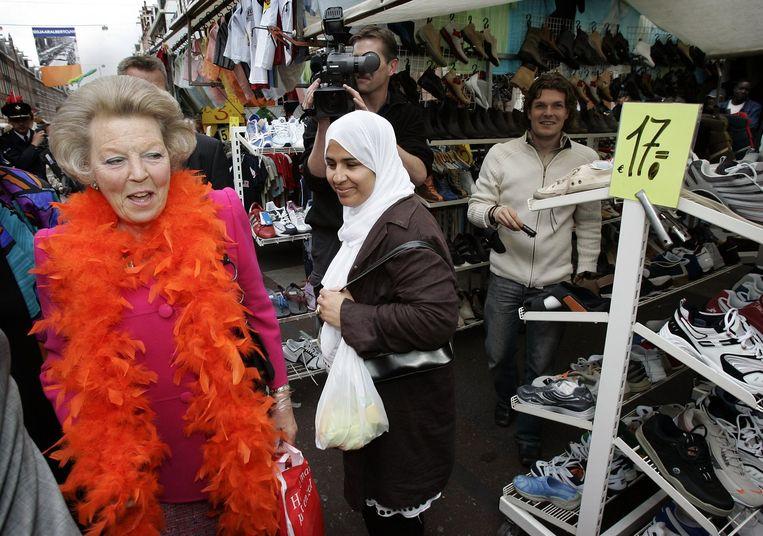 Zelfs (destijds) koningin Beatrix is dol op de Albert Cuyp. Beeld anp