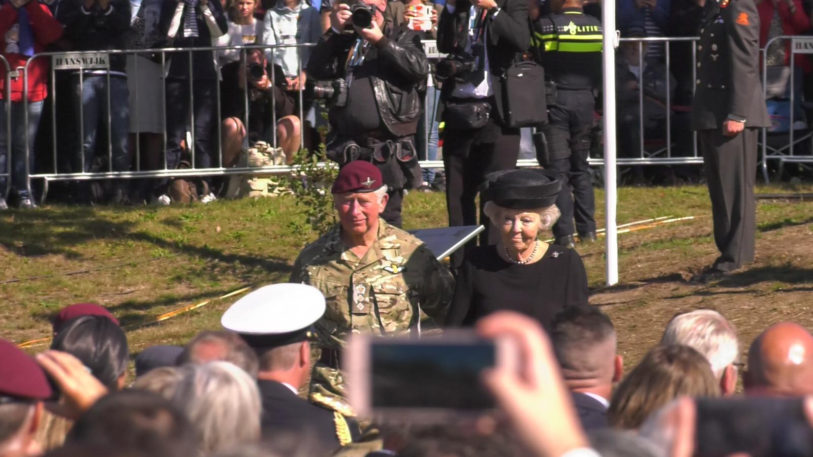 Prins Charles en prinses Beatrix leggen een krans op de Ginkelse heide.