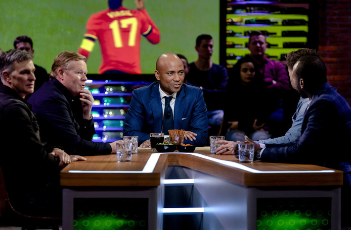Presentator Humberto Tan tijdens de eerste uitzending van het nieuwe voetbalprogramma VTBL, de opvolger van Voetbal Inside.