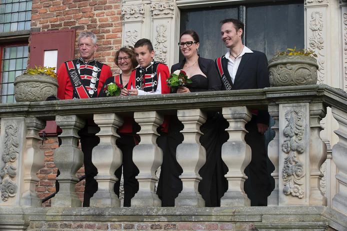 De schutterskoningen en -koninginnen poseerden voor de foto's in 's-Heerenberg.