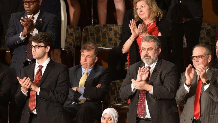 Sommigen applaudisseren voor de toespraak van Trump in het Congres, terwijl anderen uit protest blijven zitten, 28 februari 2017. Beeld afp
