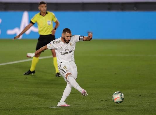 Benzema schoot vanaf de strafschopstip raak tegen Alavés.