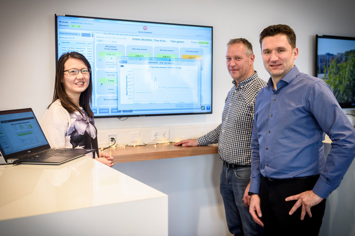 Senior directeur Sebastien Dorel (r) legt samen met Qi Liu en Joris ten Thije uit hoe ze steeds meer data inzetten.